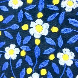 coussin brodé bleu et fleur bleu yacana