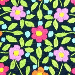 détail broderies coussin bleu brodé fleurs multicolores amérique-latine yacana