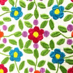 détail fleur brodées coussin bleu yacana amérique-latine