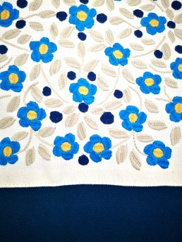 détail broderies coussin coton fleurs bleu amérique-latine